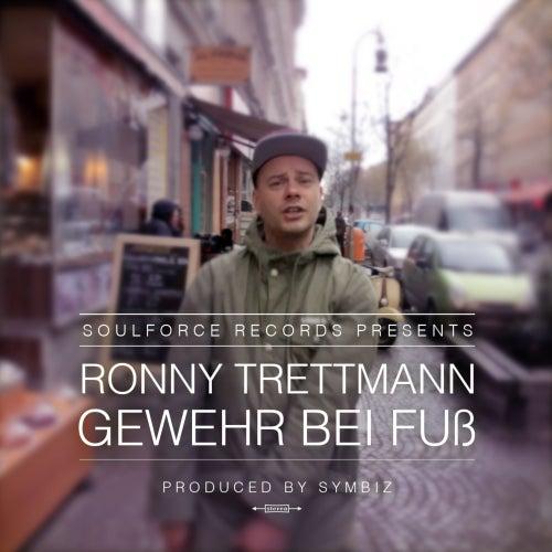 Gewehr bei Fuß by Ronny Trettmann
